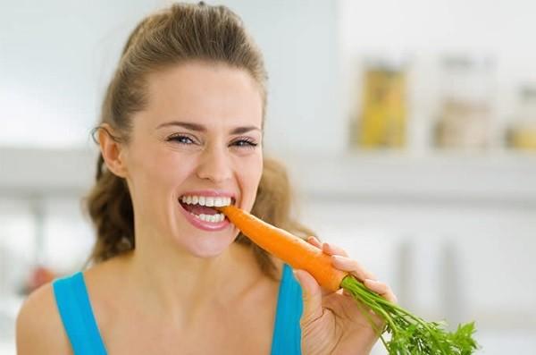 Γυναίκα κάνει δίαιτα και τρώει καρότο