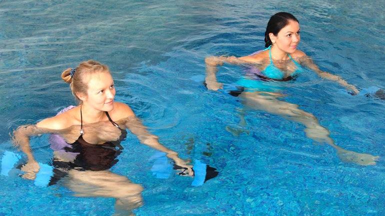 Κοπέλες γυμνάζονται στην πισίνα