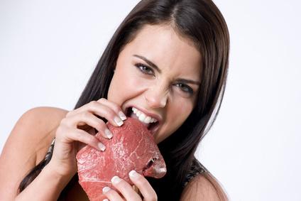 Κοπέλα τρώει κρέας