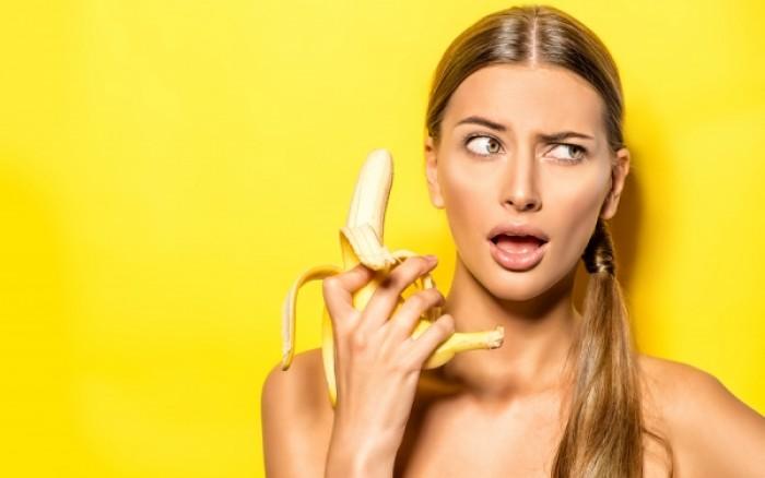 Κοπέλα με μπανάνα