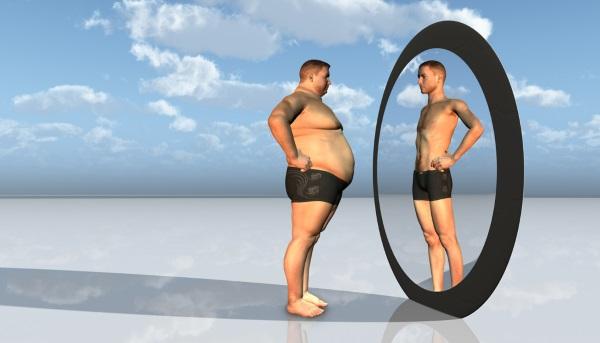 Κοιτάζεται στον καθρέφτη και δεν βλέπει την πραγματικότητα